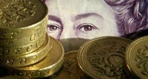 פנים של אישה מוסתרות על ידי מטבעות לירת שטרלינג