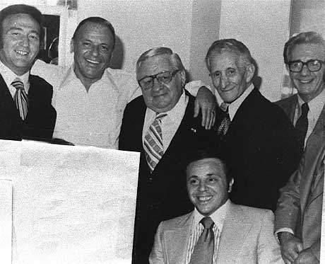 פרנק סינטרה (שני משמאל) ודון קרלו גמבינו (עומד, שני מימין) - אחת התמונות המצביעות על קשריו של הזמר עם עולם הפשע