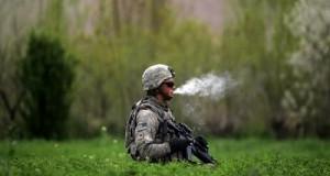 חייל אמריקאי מעשן מריחואנה