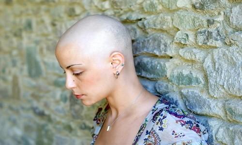 אישה החולה בסרטן השד