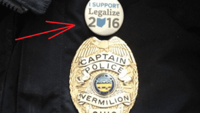 "Photo of ארה""ב: קצין משטרה הודח לאחר שענד סיכה בעד לגליזציה"