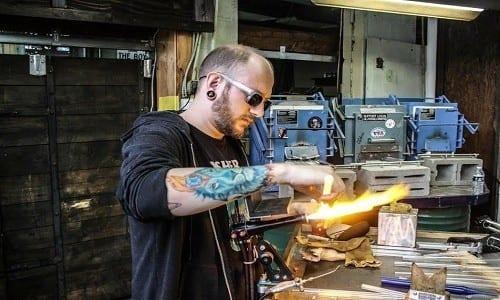 אמן הזכוכית (בעיקר באנגים) האמריקאי ג'רמי גרנט לוין