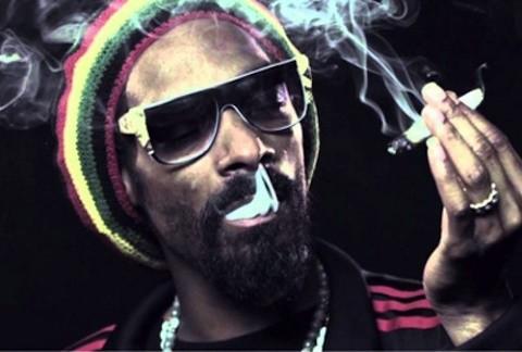 סנופ דוג מעשן מריחואנה