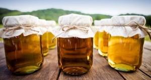 Frascos de vidrio llenos de miel