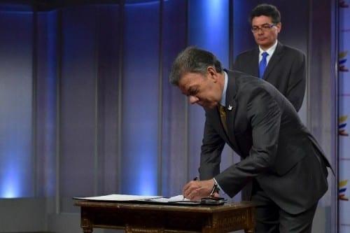 חואן מנואל סנטוס, נשיא קולומביה, חותם ומאשר את תכנית הקנאביס הרפואי