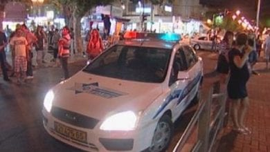 ניידת משטרה מחוץ לפאב