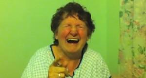 סבתא אוכל עוגיית מריחואנה