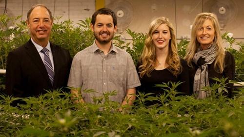 משפחת מייסון (משמאל: מארק, אלכס, דילייני ורהודה) - יזמי התוכנית