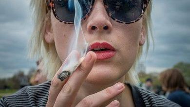 אשה עם משקפיים מעשנת ג'וינט