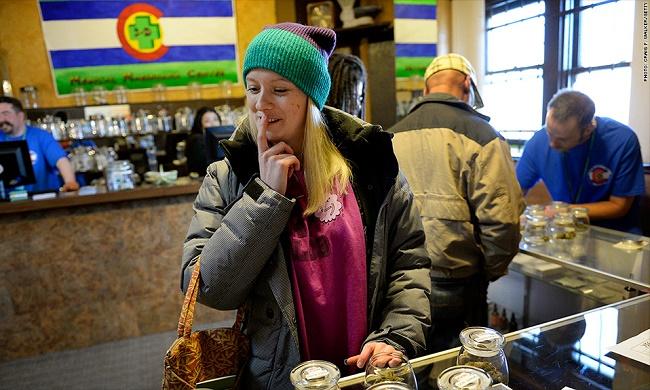 אשה קונה קנאביס בחנות חוקית בקולורדו