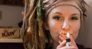 נערה מעשנת קנאביס