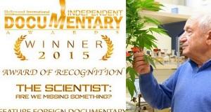 רפאל משולם מחזיק צמח קנאביס - המדען