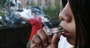 צעיר מעשן ג'וינט גראס