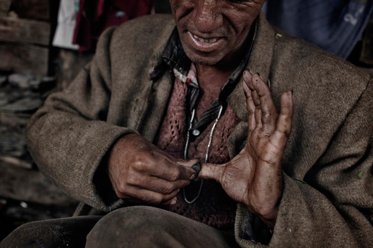 זקני השבט שאינם משתתפים בקציר, אחראים על הכנת הצ'אראס - חשיש האבקנים האיכותי