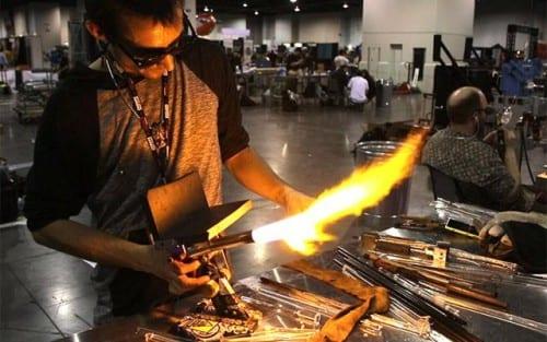 אומן ניפוח זכוכית העבודת ניפוח מקטרת עישון בסדנת עבודה
