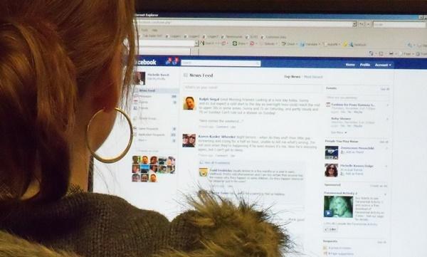 אשה מסתכלת על פייסבוק