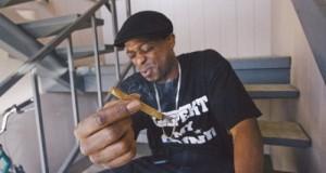 עישון קנאביס בתצורת בלאנט (עלה טבק מגולגל)