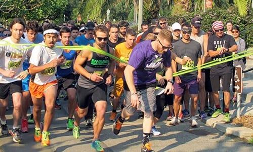 קבוצה גדולה של רצים מהמרוץ של ארגון 420games חוצים את קו הסיום בגולדן גייט פארק בסן פרנסיסקו