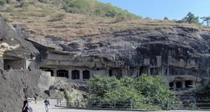 كهوف الصلاة في الهند. الجدران الخرسانية هي المسؤولة عن الحفاظ على المباني القديمة