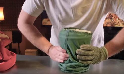הלבישו את השקית על הדלי, והתחילו לשקשק אותו כמו מלחייה מעל משטח העבודה