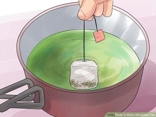 לאחר 30 דקות של בישול, הכניסו את התיון, כבו את האש והניחו לתה להתקרר במשך 5 דקות (עם התיון בפנים)