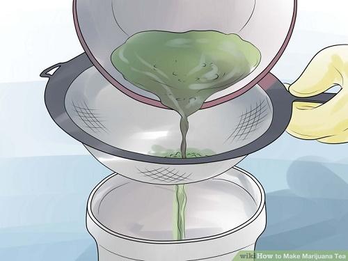 לאחר הקירור, שפכו את התערובת דרך מסננת דקה או בד סינון לתוך קנקן