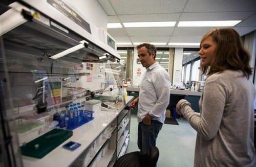 """ד""""ר מוגלי הולמס וד""""ר ג'סיקה קריסטוף - במעבדת המחקר באורגון, ארה""""ב (מחקר גנטי קנאביס)"""