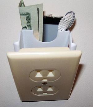 ניתן להחביא דברים מאחורי שקע חשמל סטנדרטי - אך חשוב לנקוט בזהירות רבה (10 דרכים להחביא את החומר לפני חיפוש משטרתי)