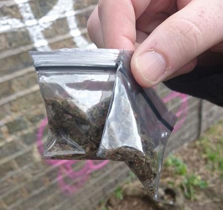"""המשטרה בלונדון גונבת לסוחרים חומר - """"באסה לכם"""" (משטרה, לונדון, אנגליה)"""