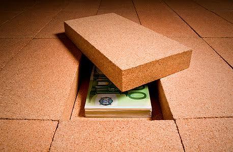 """""""הבנק היהודי"""" - תחתית הרצפה היא מקום מצוין וכמעט בלתי ניתן לגילוי (10 דרכים להחביא את החומר לפני חיפוש משטרתי)"""