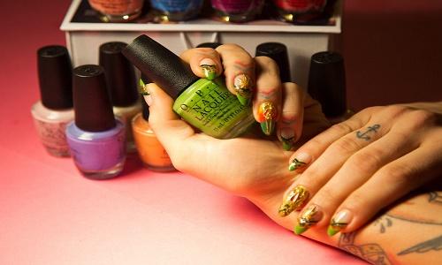 ירוק בציפורניים - מניקור עם פתיתי קנאביס אמיתיים