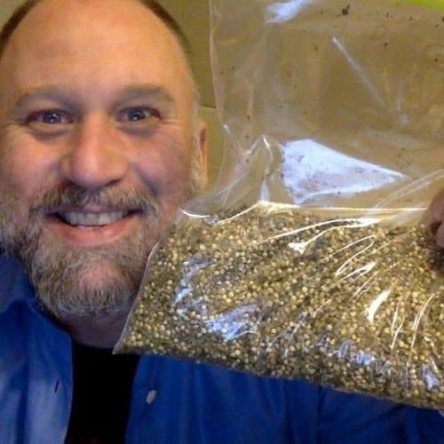 דנה לארסן עם שקית זרעי קנאביס