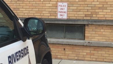 """תחתנת משטרה, ריוורסייד (Riverside), שיקגו, ארה""""ב (שיקגו: אישה נעצרה מעשנת מריחואנה בחנייה של התחנה)"""