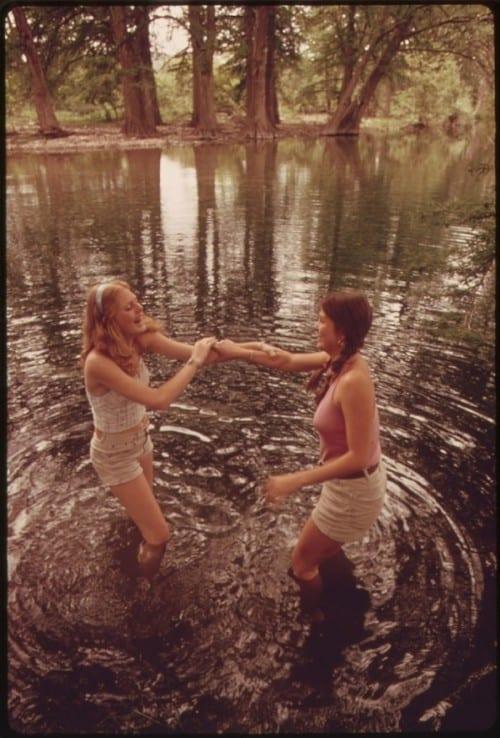 צעירים אמריקנים מעשנים קנאביס שנת 1973