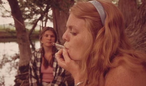 הממשל האמריקני צילם ב-1973 צעירים מעשנים גראס