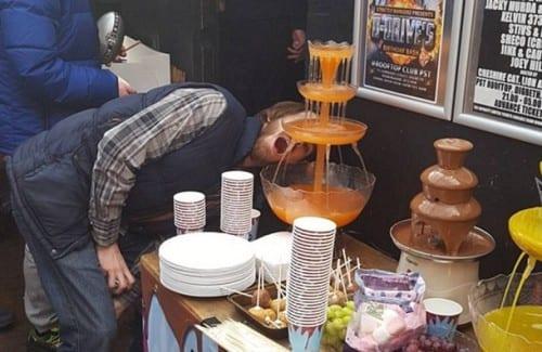 גרג דה-האודט, נשיא אגודת מועדוני הקנאביס בבריטניה, שותה ממזרקת שוקולד קנאביס