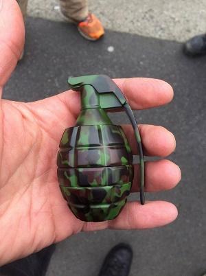 """גריינדר בצורת רימון יד שנתפס במזוודה בוך שדה התעופה באלינגהאם שבוושינגטון, ארה""""ב"""