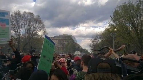 הפגנת מריחואנה - מעשנים ג'וינטים מול הבית הלבן