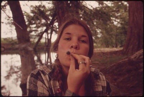 """מסיבת טבע היפית עם קנאביס - 1973 (צילום: ממשלת ארה""""ב, הסוכנות להגנת הסביבה)"""