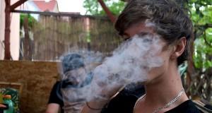 צעיר מעשן מריחואנה