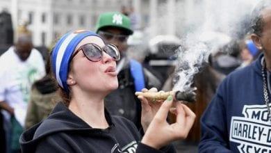 צעירה מעשנת ג'וינט גדול
