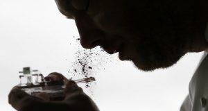 אדם מסניף אבקת קקאו במסיבה בברלין | צילום: פרנסואה לנואר (רויטרס)