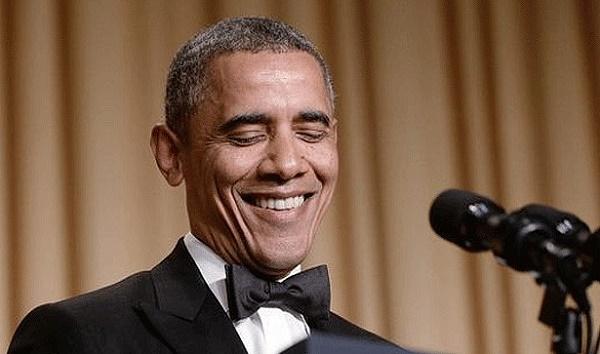 אובמה מספר בדיחת מריחואנה