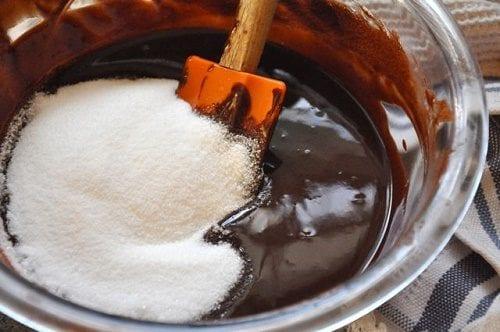 """הפתרון המתוק: הכניסו קצת שוקולד וסוכר לדם (5 תרופות סבתא נגד """"סאטלה רעה"""" של קנאביס)"""