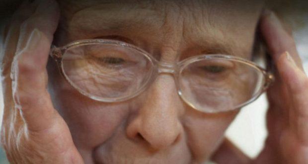 אשה מבוגרת סובלת מאלצהיימר
