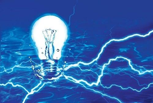 """נורה עושים ממים - חשמל ומים זה סכנת חיים (מתוך: """"14 טיפים שיעזרו לכם לגדל קנאביס הידרו בקלות"""")"""