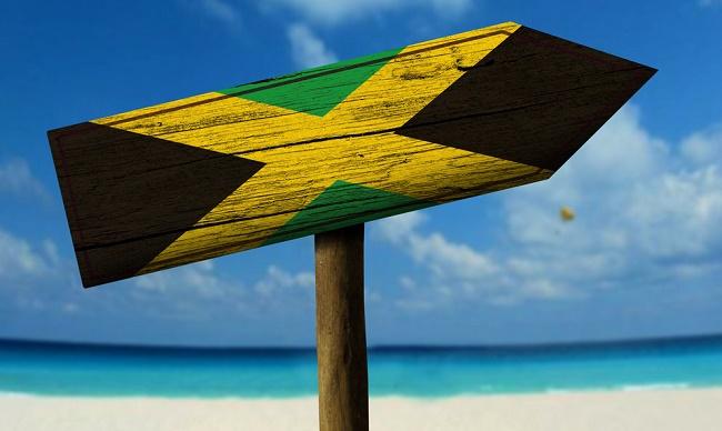שלט דגל ג'מייקה על רקע חוף ים