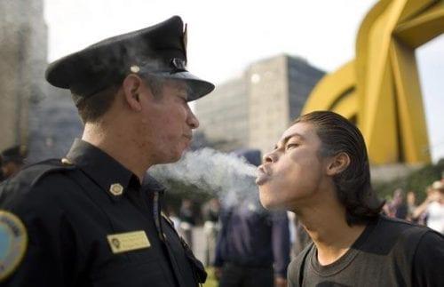 צרכן קנאביס נושף עשן בפניו של שוטר (טיפ: לא להתחכם עם השוטר ולעצבן אותו, או שתזכו לאישומים בעבירות נוספות)