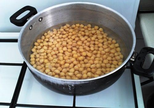 Ceci in una pentola (asli israeliani: una ricetta per l'hummus con olio di cannabis)