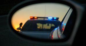 ניידת משטרה משתקפת במראת רכב